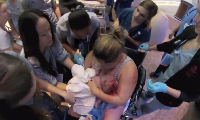 全程实拍:产妇在医院门口生娃