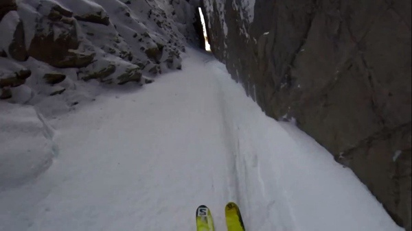 最牛逼滑雪视频!滑雪俯冲穿越峡谷