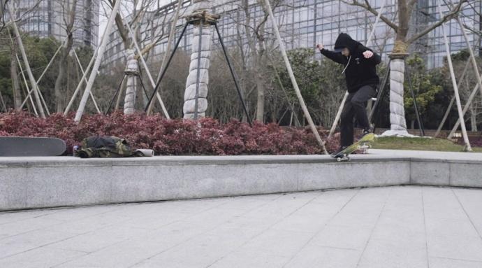 在城市中撒野!这位摄影发烧友用X-H1捕捉滑板少年飞驰瞬间~