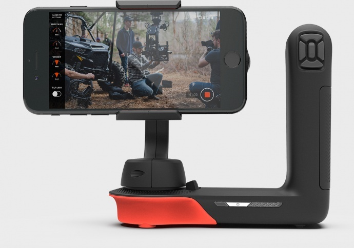 美国Freefly Movi 苹果手机专用摄影电动稳定器 无线蓝牙控制开关跟焦聚焦俯仰 单人拍摄,单张拍摄和延时/缩时拍摄等模式 Movi 稳定器提供六种不同的拍摄模式,包括单人拍摄,单张拍摄和延时/缩时拍摄等,致力于为摄影师带来极致的拍摄体验。Movi 稳定器能支撑宽度最大达3.5英寸的智能手机,并提供蓝牙LE无线连接,并允许用户使用免费的 iOS app 辅助操作。 Movi 稳定器使用三轴稳定系统,并提供了标准的三脚架装配螺纹接口,并使用一个重达600克的快速充电锂电池。