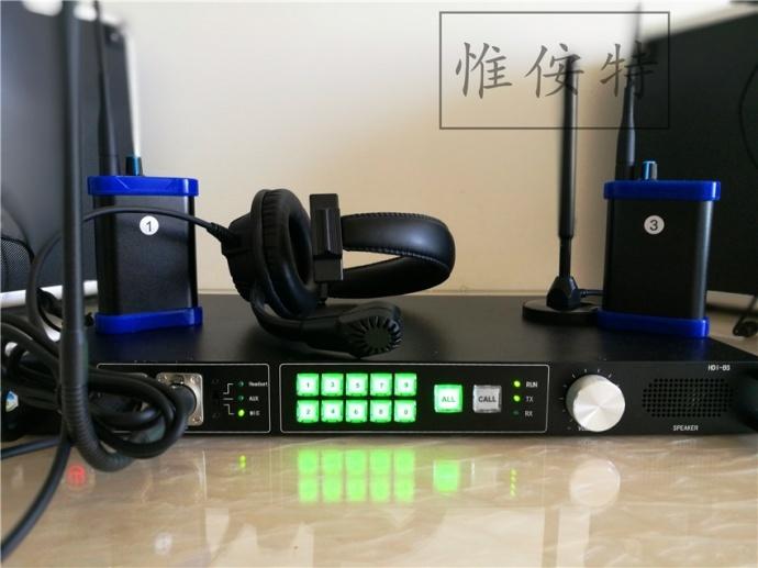 惟侒特--四路八路无线导播通话系统/全双工对讲/内部通话系统 免按键,免费通话。传输距离大约2公里。 双信道,分为公共对讲机信道和一个独立的指挥专用信道,指挥者随时可以下达指令,无需等待。 尤其适合于电视台、大型活动、演出演场、影视剧组、摄影公司、航拍、排练训练等,导播/指挥调度使用。