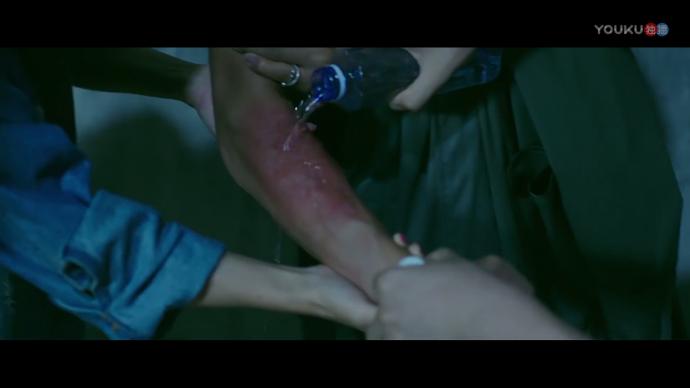 《灵异侦探社》一镜头引发热议, 被泼硫酸该不该用水冲?