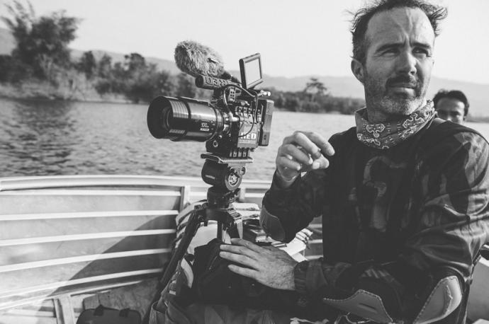 RED 6K 摄影机、炎热潮湿的东南亚、1200英里的骑行、摩托车上的跟拍……——纪录片《血路》的幕后故事